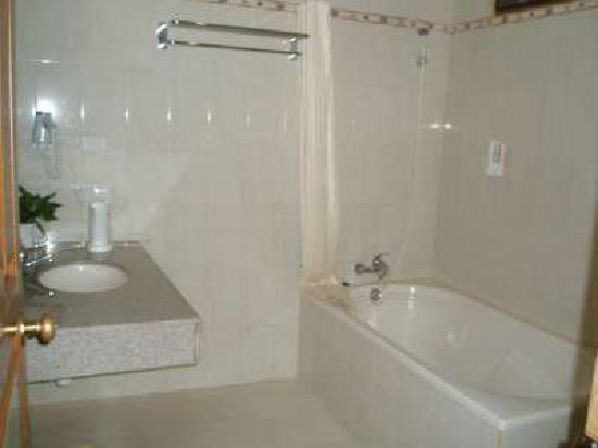 Febri's Hotel & Spa: Bathroom