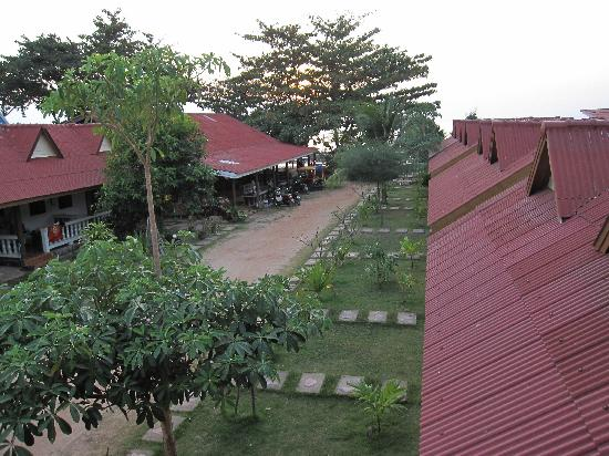 Lanta Bee Garden Resort: Road to the beach with bungalows