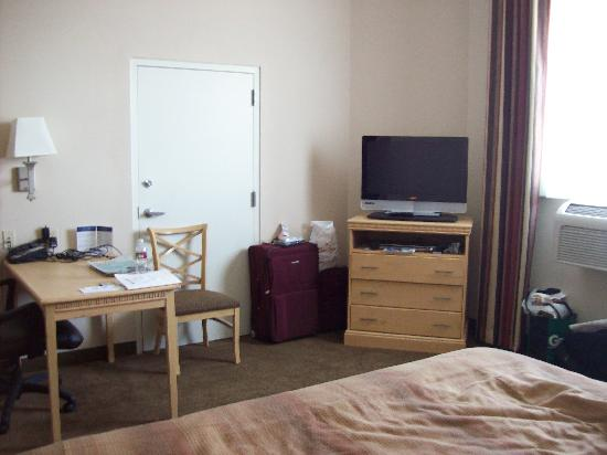 Candlewood Suites Meridian Business Center: Desk, TV, DVD player.