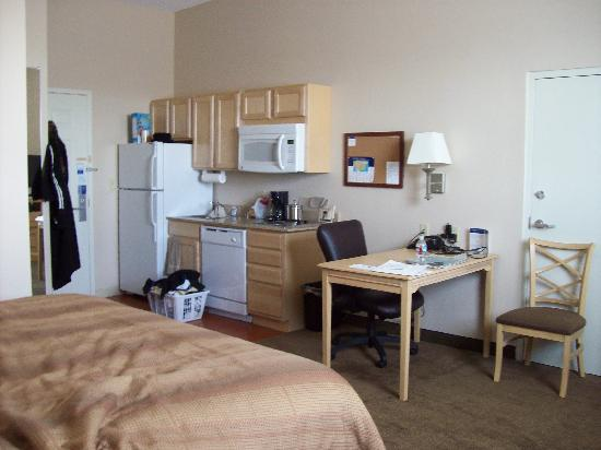 Candlewood Suites Meridian Business Center: Small kitchen area.
