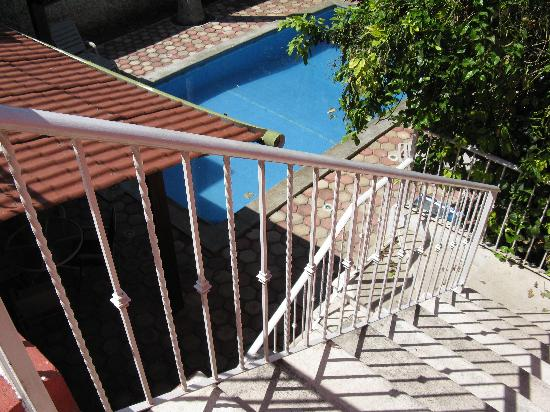 Yucatan Vista Inn: staircase to upper deck & rooms