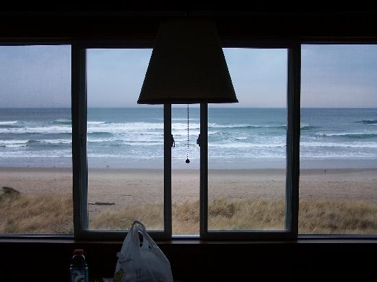 Silver Sands Oceanfront Motel : The view out of our window