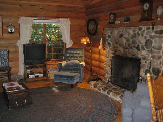 Guest House Log Cottages: Living Room