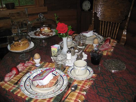 Guest House Log Cottages: Dining table