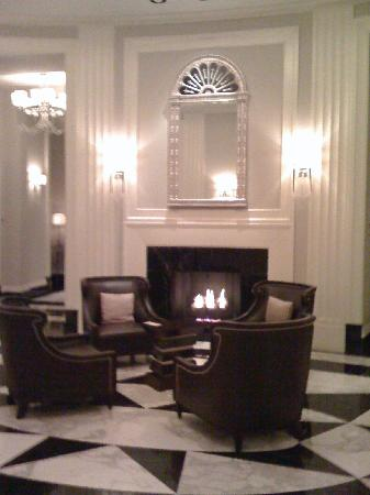 Mandarin Oriental, Atlanta: entry by fireplace
