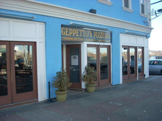 Geppetto's Grilled Pizzeria: Geppetto's is located at the end of DiPasquale Square