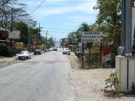 Hotel Samara Pacific Lodge: la rue principale de Samara