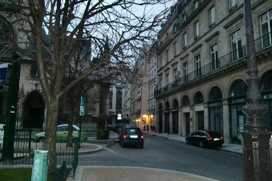 Hotel de la Place du Louvre: la calle del hotel (entrada en la luz)