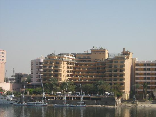 Steigenberger Nile Palace Luxor : View of the back of the hotel, taken from the Nile
