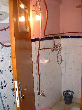 Heart of the Medina Backpackers Hostel: Eine von zwei Duschen mit Stehklo