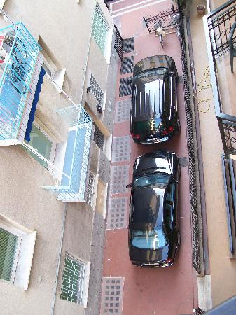 Al Saraceno Hotel: parcheggio all'aperto. evitare... se mai doveste uscire??