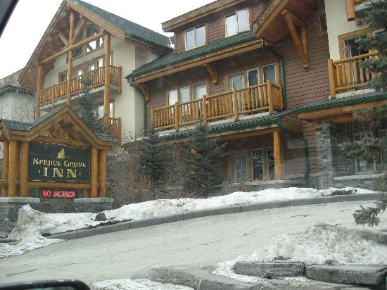 Spruce Grove Inn: Front of Hotel