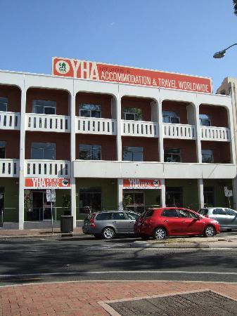 Adelaide Central YHA : 入口もスロープがあり便利!