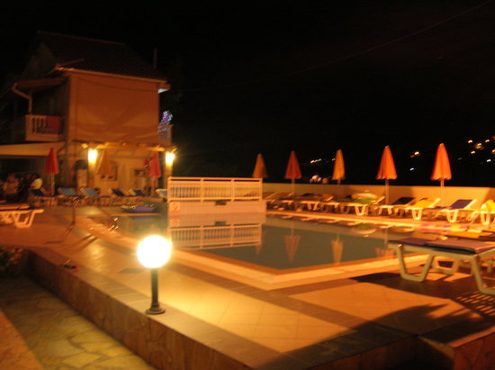 Roula Apartments: The pool at night