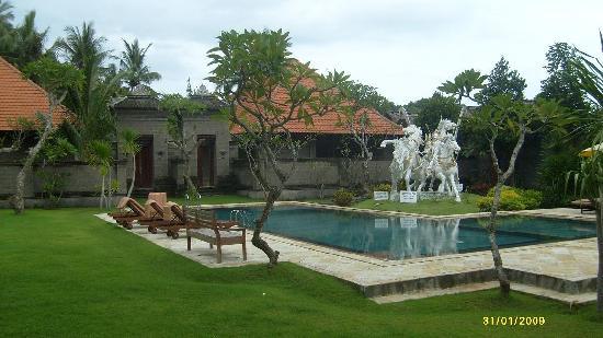 Hotel Puri Rai : Pool to family villa