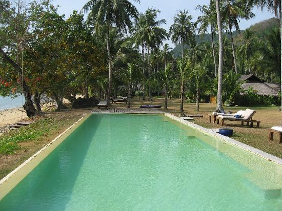 Koyao Island Resort: La plage, la piscine et la pelouse