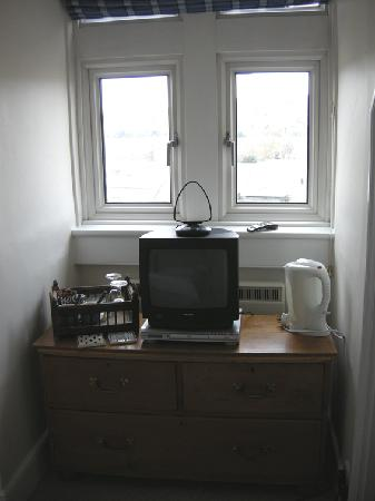 Abbey Rise Bed and Breakfast: TV and view of city from window