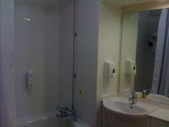 Premier Inn Southport (Ormskirk) Hotel: Bathroom