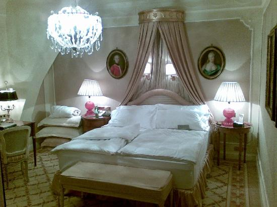 Hotel Imperial Vienna: Bed in room 402.