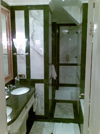 Hotel Imperial Vienna: Bathroom of room 402