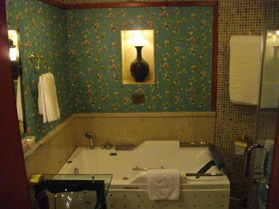 Manhattan Bund Business Hotel: Spa Bath