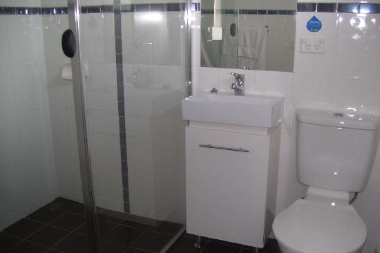 Beach Palms Holiday Apartments : second bathroom