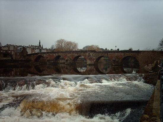 Ferintosh Guest House: The river runs through the town of Dumfries