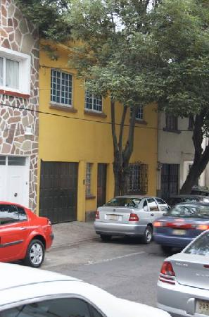 Hostal Montejo: Outside of Hostel Montejo on quiet street