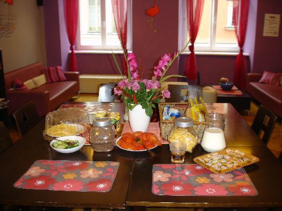 Flamingo Hostel: Breakfast