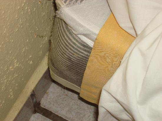 Coral Costa Caribe Resort & Spa: Dirty Bed