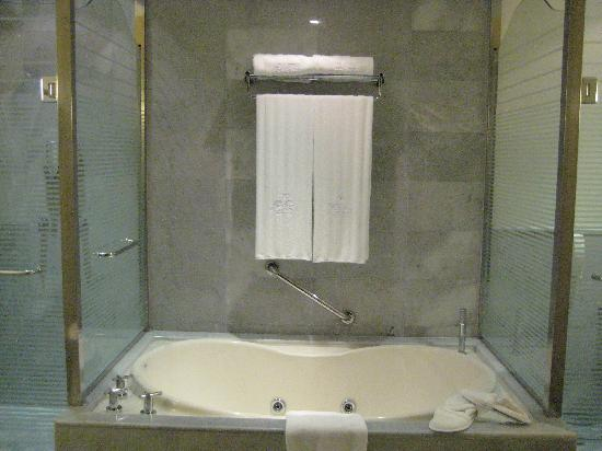 Iberostar Grand Hotel Rose Hall: Jacuzzi tub