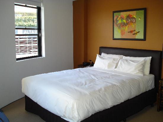 أنام سيرفيسد أبارتمنتس: The bed