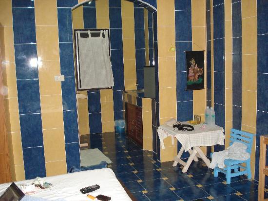 PS Guesthouse: vers la salle de bain et coin cuisine