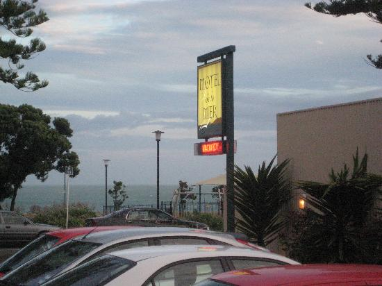 Motel de la Mer: Dusk time view over carpark to sea