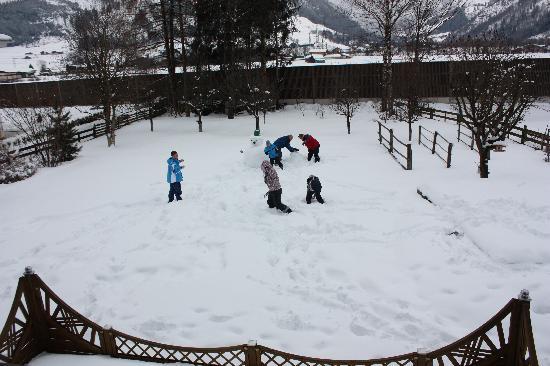 Chalet Anna: Snowball fight