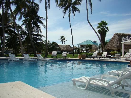 Victoria House: The beautiful pool overlooking the beach....