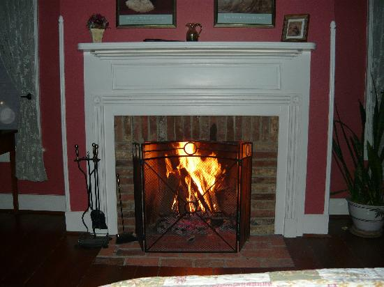 Old Waterstreet Inn: Romantic fire!