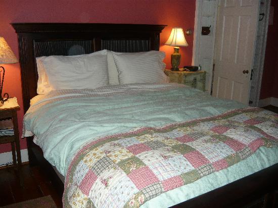 Old Waterstreet Inn: This bed was sooooo COMFORTABLE!