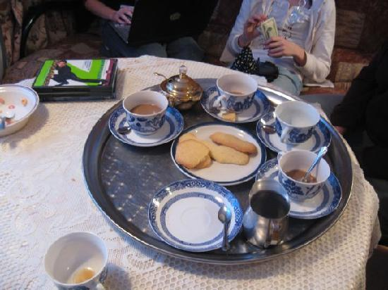B&B l'Abat-Jour : We were greeted with a silver tray of coffee, tea, hot chocolate and homemade cookies.