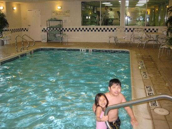 Fairfield Inn & Suites Pittsburgh New Stanton: Pool and small fitness center that looks into the pool.