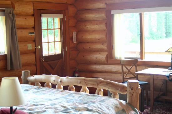 Tweedsmuir Park Lodge: another view of the inside of the cabin