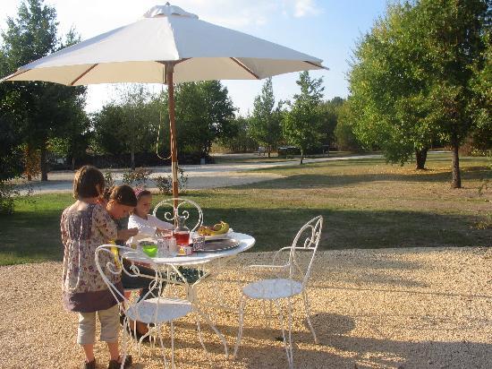 Le Mayne de Boulede: La Bouchonnière - terrasse et vue du jardin