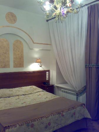 Art-hotel Trezzini: Bed in the room