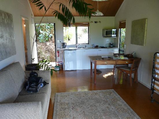 Wharepuke Subtropical Accommodation: Lounge and kitchen