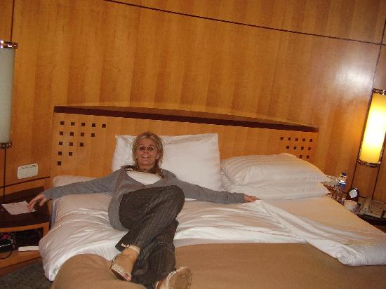 Dining at Makati Shangri-La Manila: Big bed :-)