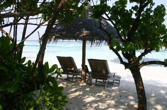 Four Seasons Resort Maldives at Kuda Huraa: beach sun loungers