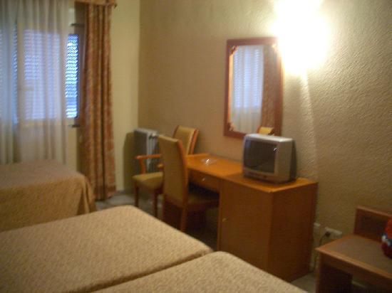 Hotel Don Juan: テレビと鏡台