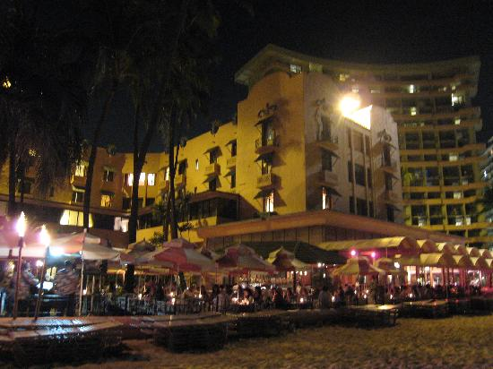 The Royal Hawaiian, A Luxury Collection Resort: 夜のビーチから