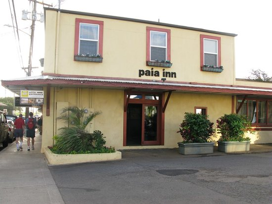 Paia Inn: Outside the hotel
