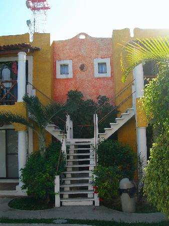 El Acuario Hotel: stairs to rooms,great colors